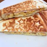 ハムと炒り卵のチーズホットサンド
