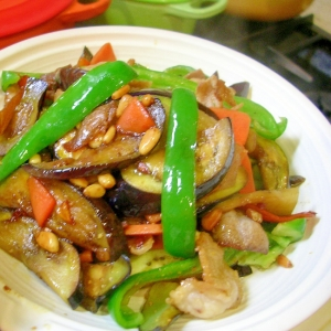 松の実を足して薬膳おかず 茄子とピーマンと豚肉炒め