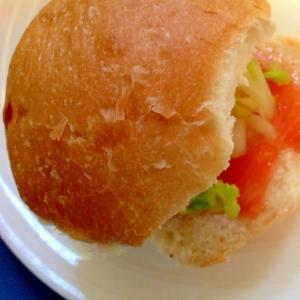 スモークサーモンと白菜の浅漬けのサンドイッチ