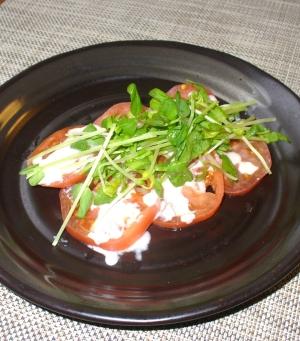 トマトと豆苗のサラダ♪ヨーグルト胡麻ソース