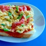 アスパラとトマトのスクランブルエッグトースト