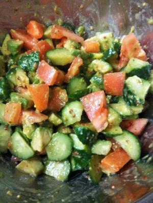 アボカドときゅうりとトマトのサラダ