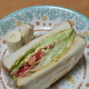ベーコンとトマトのサンドイッチ