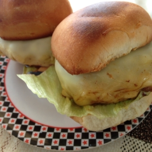 ディナーロールでチーズハンバーガー