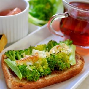 ブロッコリーと玉ねぎと豚パテのトースト