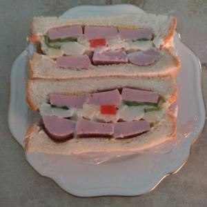 魚肉ソーセージとポテトサラダのサンドイッチ