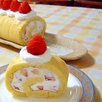 ホットケーキミックスで★ふわふわイチゴロールケーキ