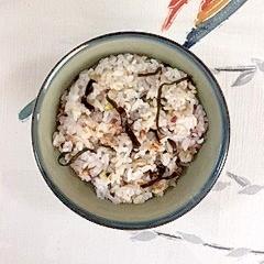 三十雑穀で作る、塩昆布とごまの混ぜご飯