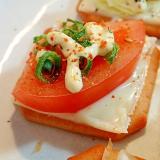 七味/マヨで チーズとトマトと葱の焼きクラッカー