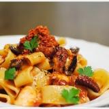 ピリッと辛いタコのトマトソースの冷製カラマレッティ