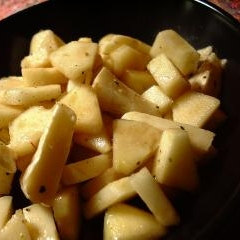 胡椒をきかせたりんごとカマンベールチーズのサラダ