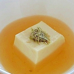 しみじみ美味しい、おぼろ昆布のせ豆腐の出汁はり