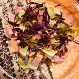 ローストビーフと紫キャベツのピリ辛オーロラサラダ