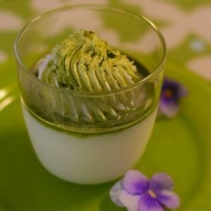 新緑の季節。濃茶シロップのミルクプリン