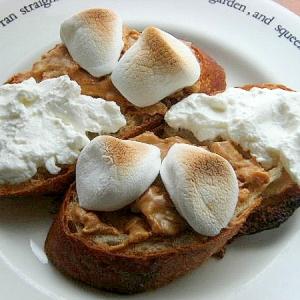 水切りヨーグルト&ピーナッツバターのトースト♪