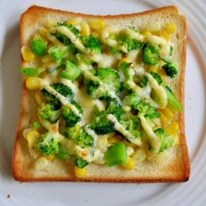 ブロッコリーとコーンのマヨチーズトースト