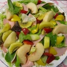 夏に美味しい桃とゴールドキウイとハムのサラダ