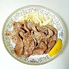 ☆牛カルビ塩焼き☆炒め玉ねぎとレモン添え