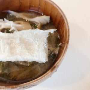 \食いしん坊の、棒寒天を乗せた味噌汁no.49/