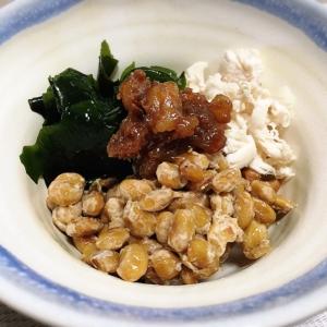 簡単☆鶏ささみとわかめ納豆の和え物♪クルミ味噌添え