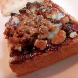チョコレートクリームとフルーツグラノーラのトースト