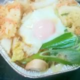 白菜と野菜かき揚げと長ネギと半熟卵の鍋焼きうどん