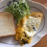 ミックスビーンズオムレツとトーストの朝ごはん