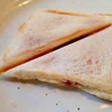 苺ジャムとチーズのホットサンド