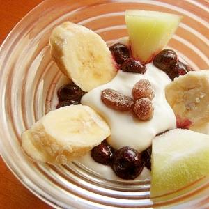 冷凍フルーツと甘納豆でヨーグルト♪(冷凍バナナ他)