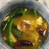 煮ながら戻す、乾燥椎茸のホウレン草味噌汁