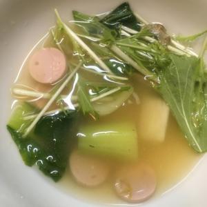チンゲン菜、水菜と魚肉ソーセージの味噌汁