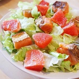 スモークサーモンとピンクグレープフルーツのサラダ
