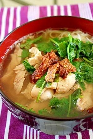 鶏皮チップス&パクチーたっぷり☆素麺で鶏のフォー