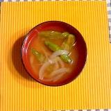 シシトウと玉ねぎの味噌汁♪