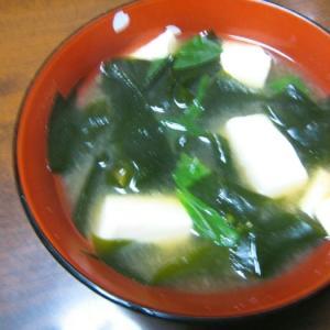 小松菜とワカメと豆腐の味噌汁