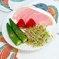 ブロッコリースプラウトといちごのサラダ
