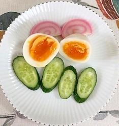 胡瓜、板蒲鉾、ゆで卵のサラダ
