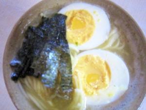 茹で卵入り生麺ラーメン