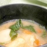 小松菜、人参、じゃがいもの味噌汁
