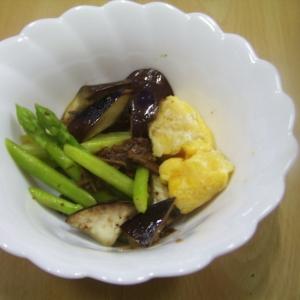 アスパラガス、なすび、たまご、牛肉しぐれ煮の添え物