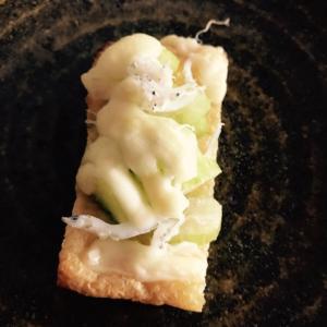 セロリとしらすのガーリック炒めのせ油揚げチーズ焼き