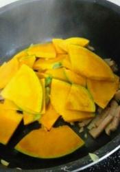 フライパンに、オリーブ油をひき、にんにくとハムを炒める→かぼちゃを加えて炒める。