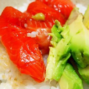 アボカドと漬けサーモン丼