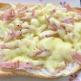 新玉ねぎとハムのチーズトースト