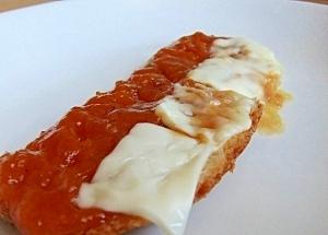 アンズとチーズのトースト