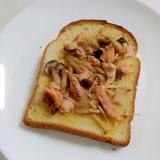 焼き鮭で☆鮭ときのこのバタートースト
