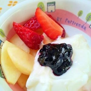 苺とリンゴとブルーベリージャムのヨーグルト♪