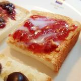 ピーナツクリームと苺ジャムのミニトースト
