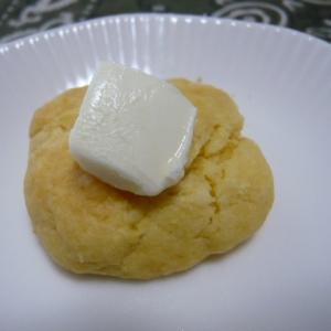 大豆粉スコーン、クリームチーズを添えて
