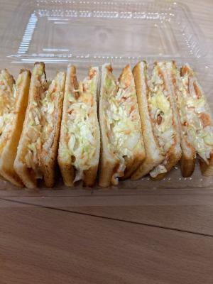 キャベツとポテトチップスのサンドイッチ